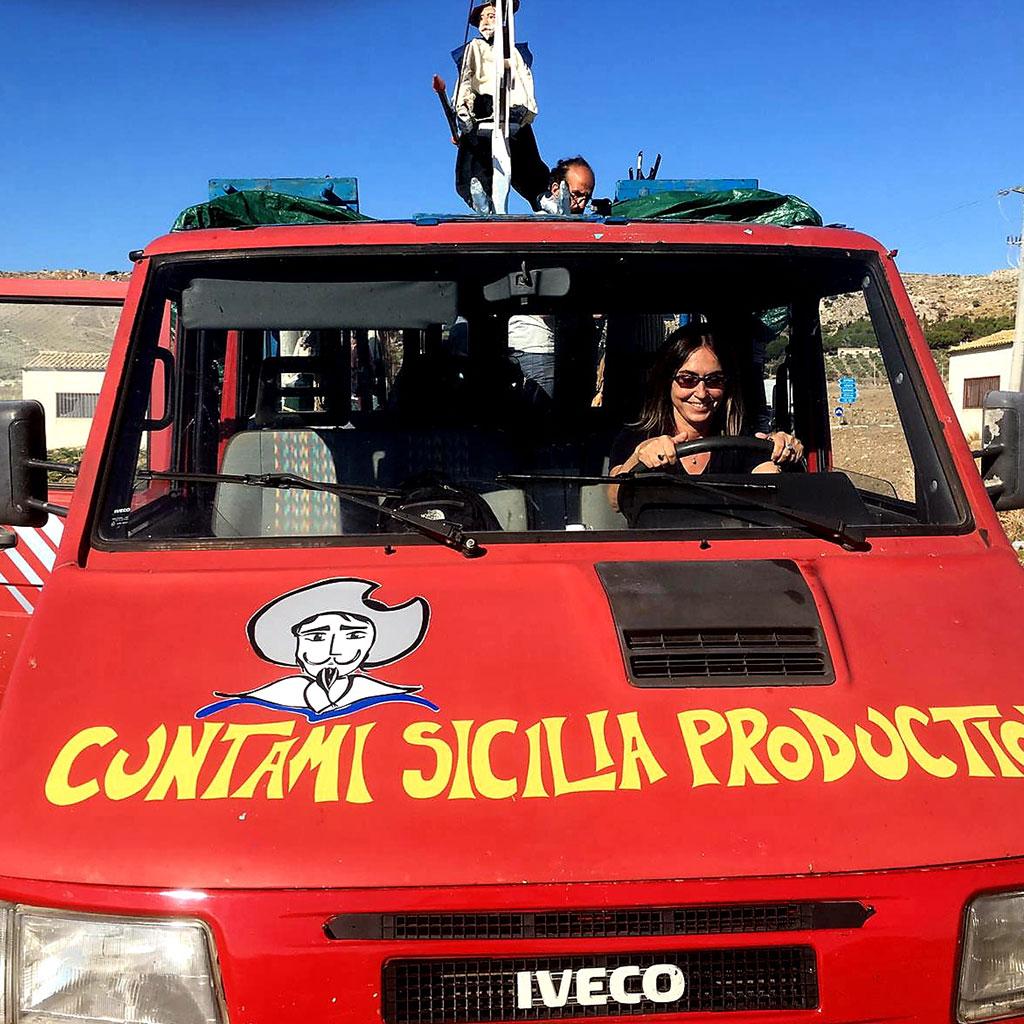 Giovanna Taviani sul furgone di Cùntami